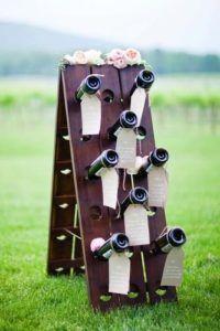 Un esempio di Tableau de mariage con le bottiglie di vino